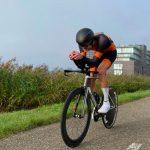 Spectaculaire snelheden, hoge wattages en mooie strijd geven kleur aan Tri2one Tijdrit Almere